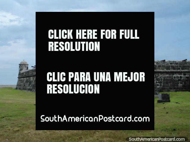 10 canhões espalham-se ao longo da parede de forte de pedra em Cartagena. (640x480px). Colômbia, América do Sul.