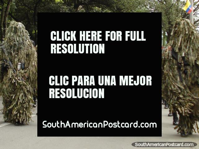 O exército de Colômbia na camuflagem ajusta na pompa em Medellïn. (640x480px). Colômbia, América do Sul.