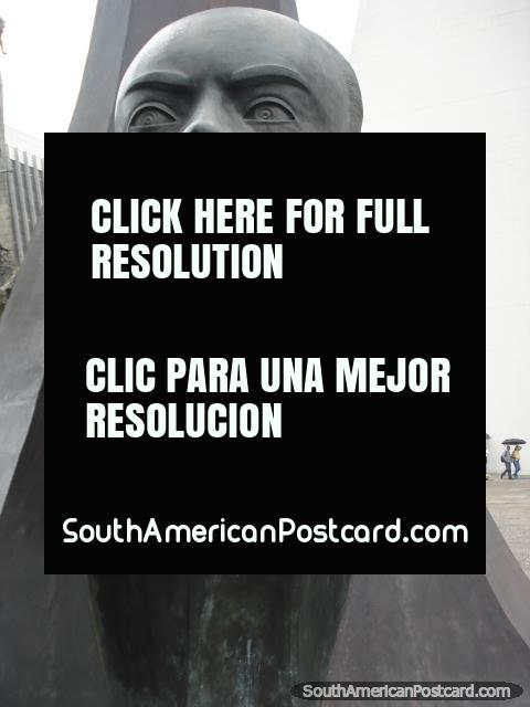 Monumento de Gilberto Echeverri (1936-2003) en Alpujarra en Medellín, político. (480x640px). Colombia, Sudamerica.