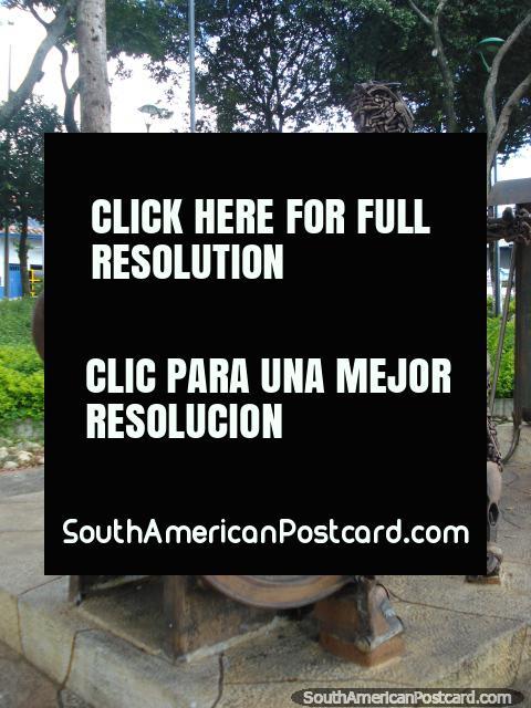 Homem de bronze parecido com um robô, feito de parafusos e porcas de sucata em Bucaramanga. (480x640px). Colômbia, América do Sul.