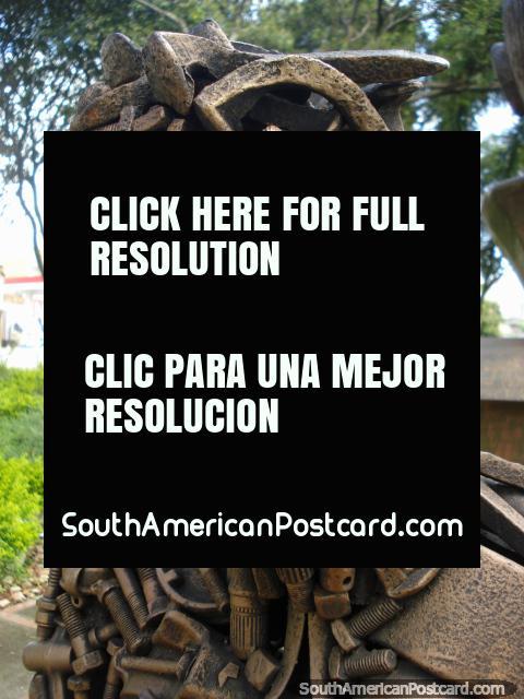 O chefe do homem das porcas e parafusos no Parque dos Periódicos em Bucaramanga. (480x640px). Colômbia, América do Sul.