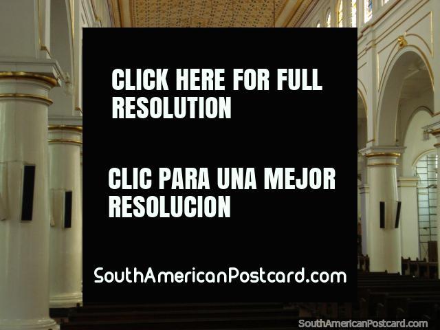 Dentro de Catedral da Sagrada Familia em Bucaramanga, pilares brancos e janelas de vidro manchadas. (640x480px). Colômbia, América do Sul.
