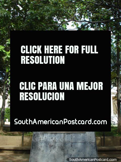 Estátua de Francisco de Paula Santander em Parque Santander em Bucaramanga. (480x640px). Colômbia, América do Sul.