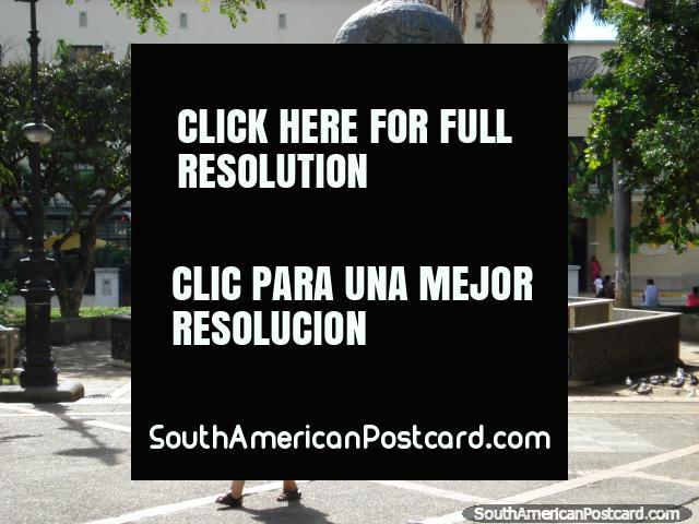 Parque de Santander com monumento de globo e fonte em Bucaramanga. (640x480px). Colômbia, América do Sul.