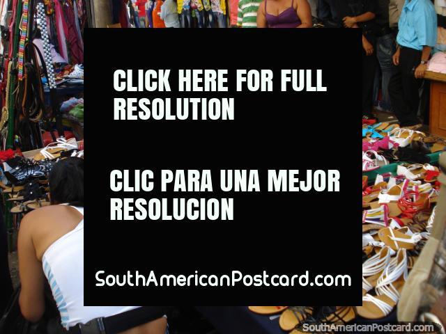 Sapatos femininos à venda nos mercados de Bucaramanga. (640x480px). Colômbia, América do Sul.