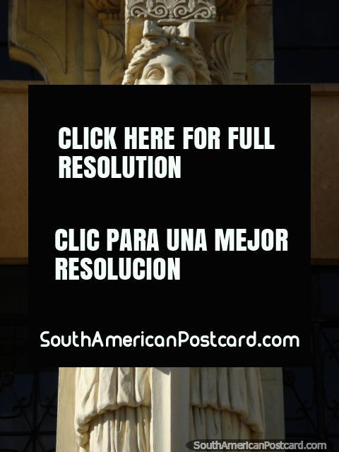 Figura na entrada em Palacio de Justicia - Vicente Azuero Plata, Bucaramanga. (480x640px). Colômbia, América do Sul.