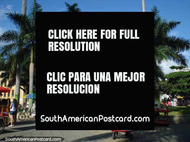 Parque Garcia Rovira com Palacio de Justicia atrás, Bucaramanga. (640x480px). Colômbia, América do Sul.