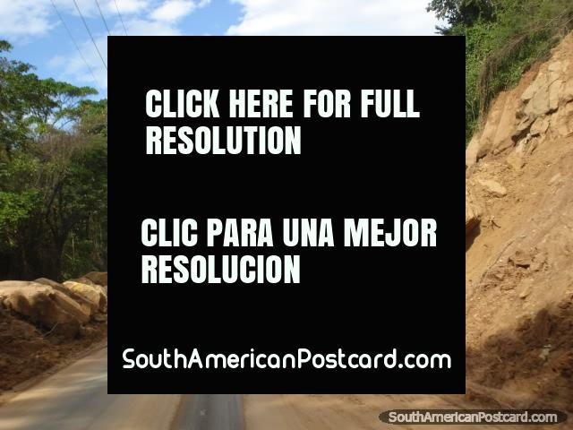 La mitad del acantilado se cayó en el camino en un huaico grande cerca de Cucuta. (640x480px). Colombia, Sudamerica.