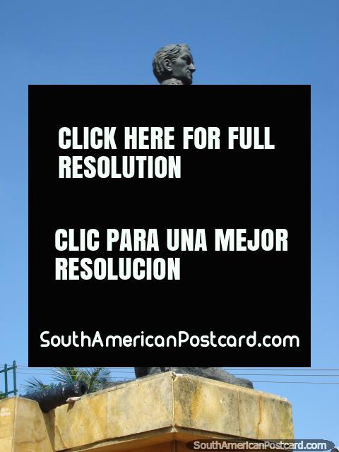 Estátua de Manuel Guillermo Mora J, antigo prefeito de Cucuta. (480x640px). Colômbia, América do Sul.