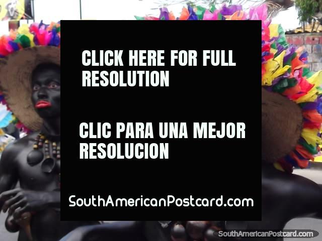 Los hombres de galimatías negros tiran caras para las muchedumbres en el Carnaval Barranquilla. (640x480px). Colombia, Sudamerica.