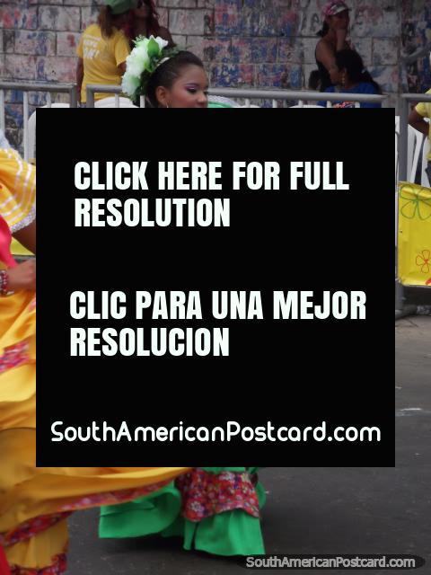 Bailarines de la mujer en Carnaval Barranquilla en vestidos verdes y amarillos. (480x640px). Colombia, Sudamerica.