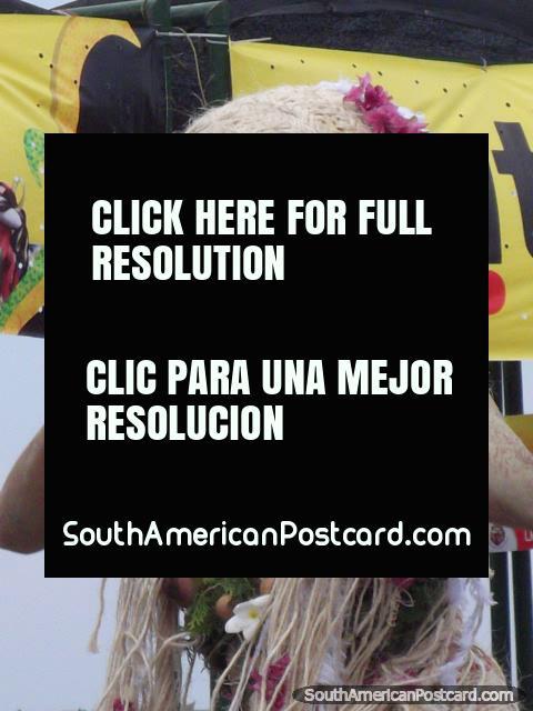 La mujer del árbol con extensiones del pelo rubio que bailan en Carnaval Barranquilla. (480x640px). Colombia, Sudamerica.