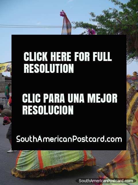 Vestidos con formas de la estrella llevadas por bailarines en Carnaval Barranquilla. (480x640px). Colombia, Sudamerica.