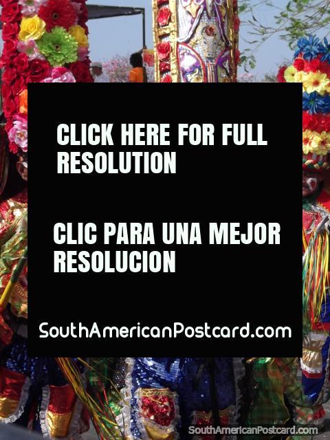 Trajes intrincados y vistosos llevados por hombres en el Carnaval Barranquilla. (480x640px). Colombia, Sudamerica.