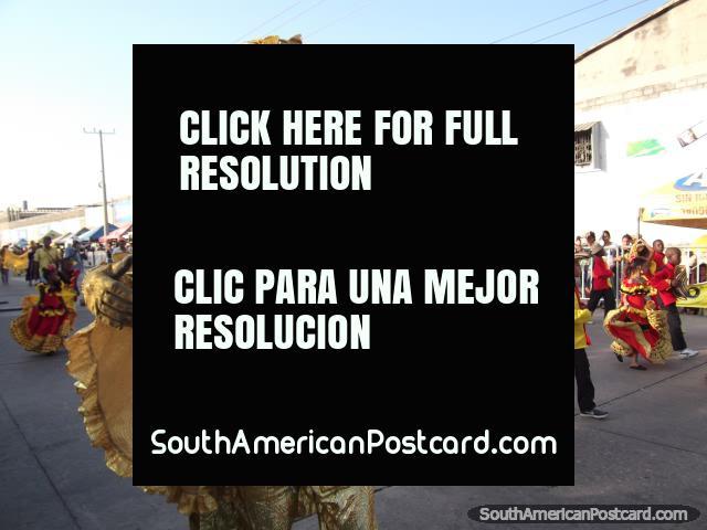 El hombre adornó todos en el oro con el sombrero en el Carnaval Barranquilla. (640x480px). Colombia, Sudamerica.