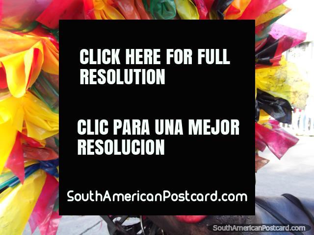 El hombre de galimatías labios rojo grande plantea con su sombrero vistoso en el Carnaval Barranquilla. (640x480px). Colombia, Sudamerica.