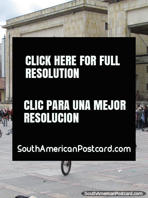 Hombre en un unicycle en Plaza Bolivar en Bogotá. (480x640px). Colombia, Sudamerica.