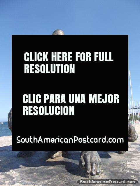 3 monumento de guerreros de Tayrona en la mediana detrás de playa en Santa Marta. (480x640px). Colombia, Sudamerica.