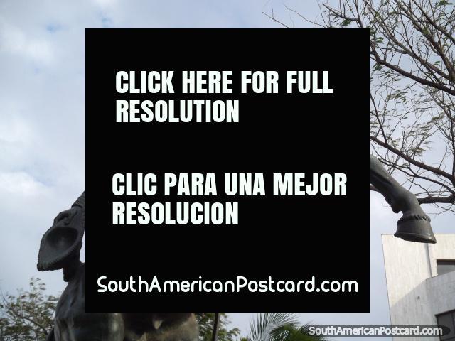 Monumento de Simon Bolivar no seu cavalo no parque em Santa Marta. (640x480px). Colômbia, América do Sul.