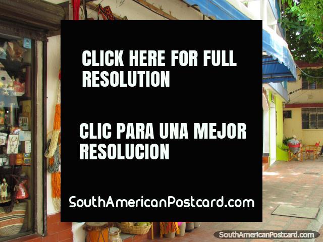 Uma loja em Santa Marta vende a engrenagem de praia como chapéus, bolsas, tambores de bongô e guitarras havaianas. (640x480px). Colômbia, América do Sul.