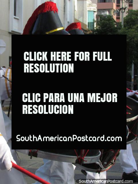 Pequeños niños del tambor con sombreros negros con melenas rojas - Fiesta del Mar, Santa Marta. (480x640px). Colombia, Sudamerica.