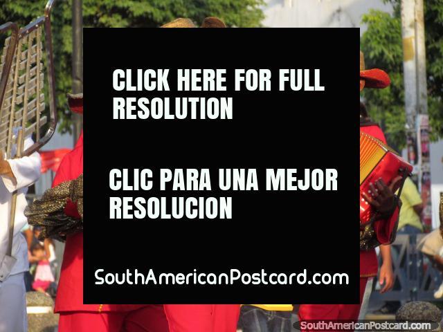 Os jogadores de acordeão vestiram-se em chapéus de uso vermelhos - Fiesta do Mar, Santa Marta. (640x480px). Colômbia, América do Sul.