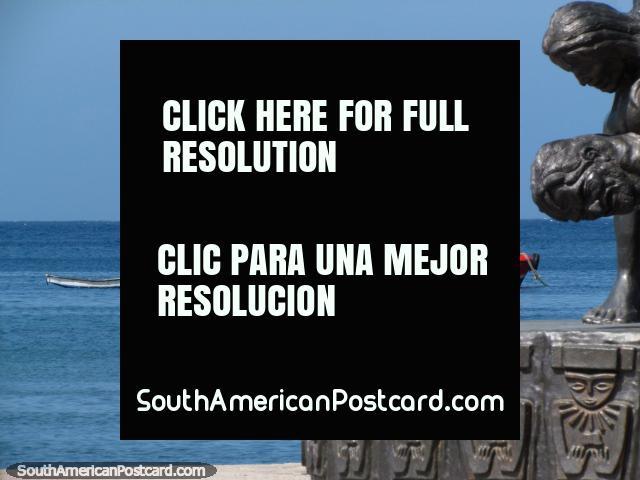 Visão de um barco de junto de um monumento na terra a margem de água de Santa Marta. (640x480px). Colômbia, América do Sul.