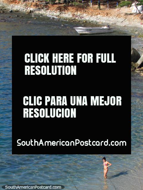 Niña en el agua en CC Waka, una playa tranquila al este de Taganga. (480x640px). Colombia, Sudamerica.