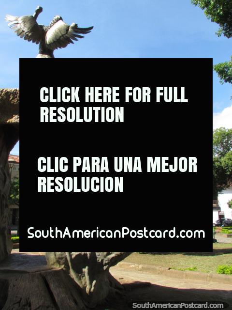 O monumento principal no Parque La Libertad em San Gil. (480x640px). Colômbia, América do Sul.