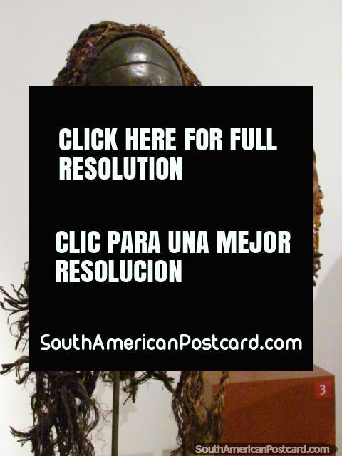 Cabezas esculpidas de madera con pelo en el Museo Nacional en Bogotá. (480x640px). Colombia, Sudamerica.