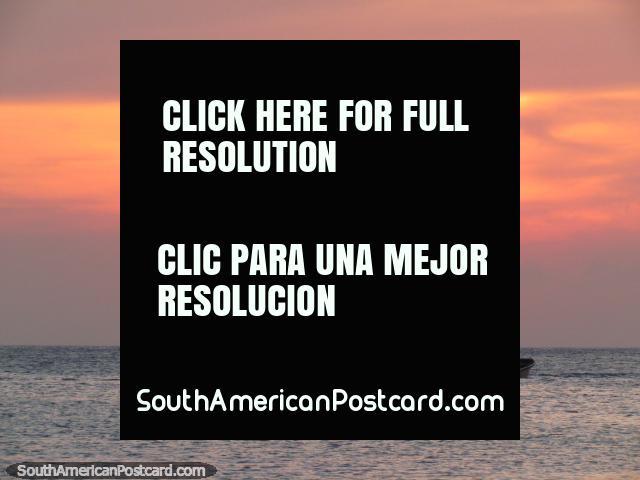 Meio sol e um ocaso ïgneo acima de 3 barcos em Taganga. (640x480px). Colômbia, América do Sul.