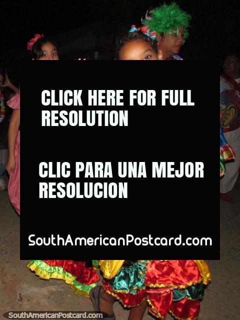 Sonrisa hermosa, equipo hermoso, una niña en el carnaval de Taganga. (480x640px). Colombia, Sudamerica.
