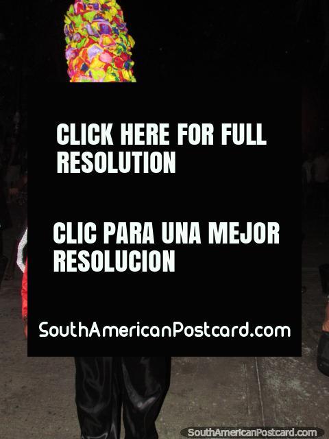 O chapeleiro Louco do rosto branco dá polegares no carnaval de Taganga. (480x640px). Colômbia, América do Sul.