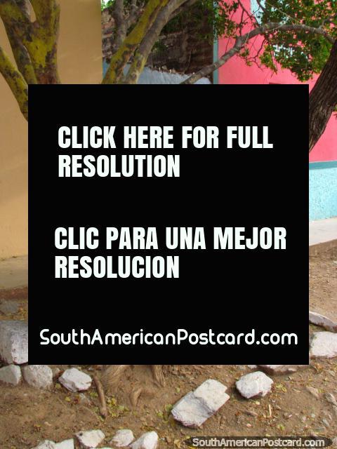 Pintura mural de Playa Taganga al lado de una casa rosada en Taganga. (480x640px). Colombia, Sudamerica.