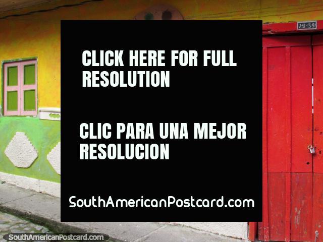 Colores hermosos y formas de la galería de arte en Guatape, puerta roja y paleta de pintura con ventana verde. (640x480px). Colombia, Sudamerica.