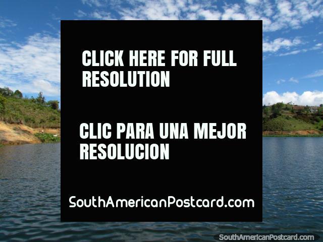 Deixe o cruzeiro começar! Começamos o cruzeiro de 2 horas na lagoa de Guatape. (640x480px). Colômbia, América do Sul.