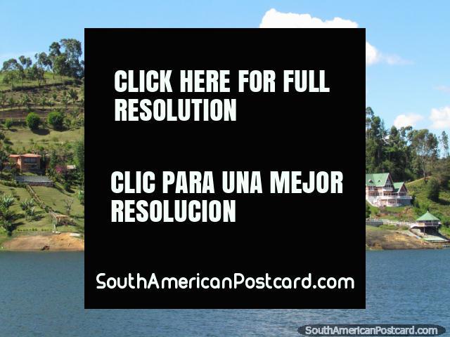 Casas em uma bela ladeira na lagoa perto de Penol. (640x480px). Colômbia, América do Sul.