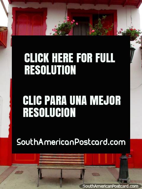 Janelas vermelhas, portas e balcão, uma casa em Salento. (480x640px). Colômbia, América do Sul.