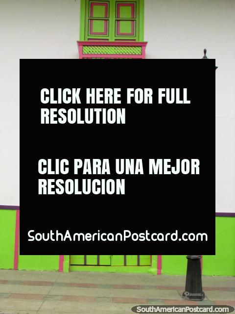 Janelas verdes e rosa e balcão, porta de madeira e iluminação de rua em Salento. (480x640px). Colômbia, América do Sul.