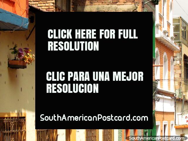 Fachadas con cestas de flores en La Candelaria, Bogotá. (640x480px). Colombia, Sudamerica.