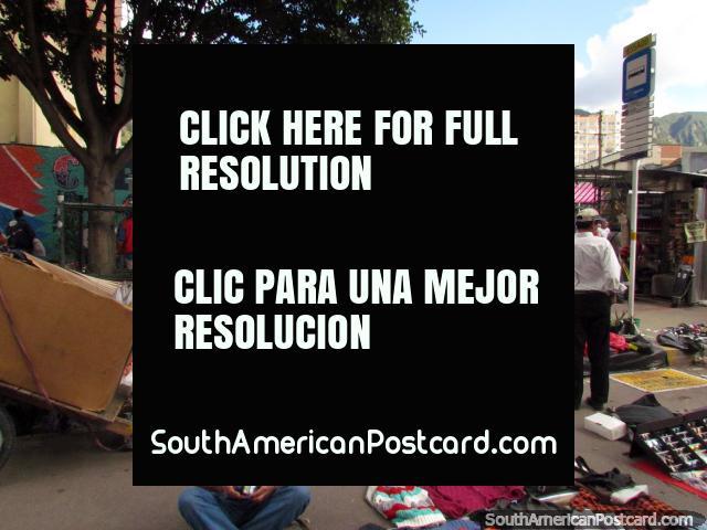 Ropa de segunda mano, jeans y todo tipo de cosas a la venta en los mercados de la calle en Bogotá. (640x480px). Colombia, Sudamerica.