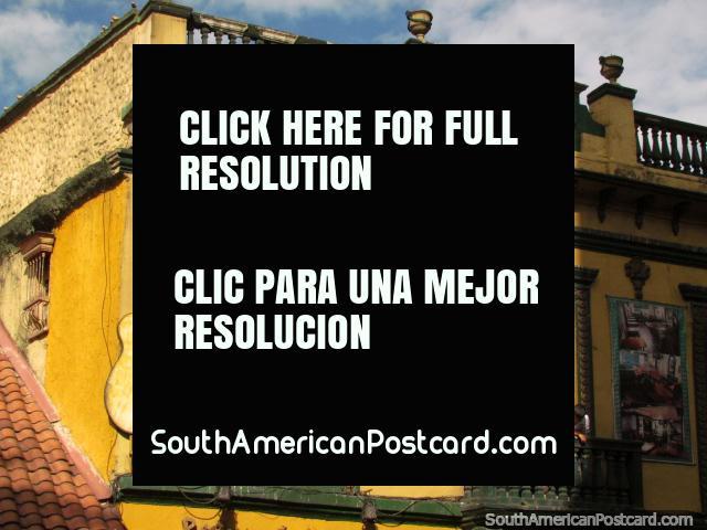 Un edificio histórico con guitarra colocada en el lateral, de Bogotá. (640x480px). Colombia, Sudamerica.