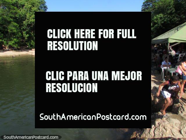 Los habitantes de Valledupar vienen al río durante el día para refrescarse. (640x480px). Colombia, Sudamerica.