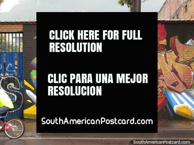 Fantástico mural de un niño indígena, su llama y pollo, de Bogotá. (640x480px). Colombia, Sudamerica.