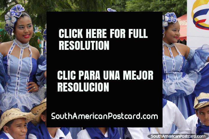 Um grupo de mulheres jovens bem vestidas e homens está pronto para as pompas em Santa Marta, o Festival do Mar. (720x480px). Colômbia, América do Sul.