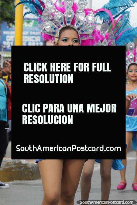 Bela menina em traje em Santa Marta, Festival do Mar, o grupo Comparsa Rumbon da Esperanza Marlujos. (480x720px). Colômbia, América do Sul.
