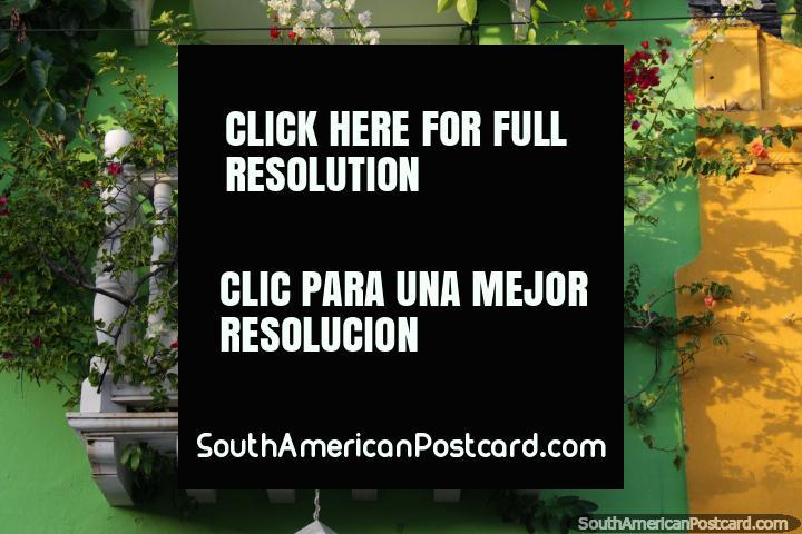 Flores de colores crecen en un pequeño balcón blanco en Cartagena. (720x480px). Colombia, Sudamerica.