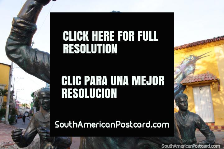 3 personajes de pie en Plaza Trinidad en Cartagena, creo que quieren algo. (720x480px). Colombia, Sudamerica.