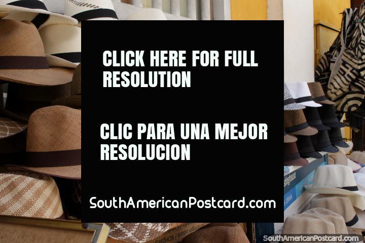 Os chapéus de cavalheiros venderam na rua em Cartagena. (720x480px). Colômbia, América do Sul.