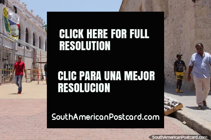 Hay todo tipo de artículos se pueden comprar en las calles en la ciudad vieja de Cartagena. (720x480px). Colombia, Sudamerica.